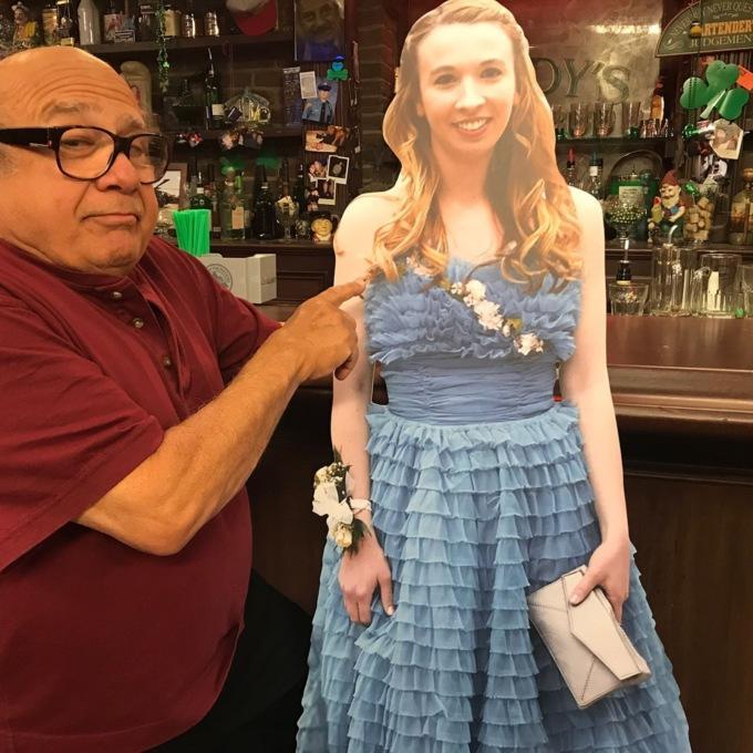 """За три тижні актор відповів на свою """"появу"""" на випускному. Він зробив картонну фігуру випускниці і прийшов з нею до бару."""
